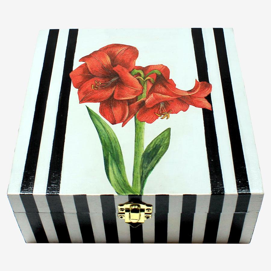 Fekete-fehér csíkos, piros amarilliszmintás, kocka alakú fadoboz