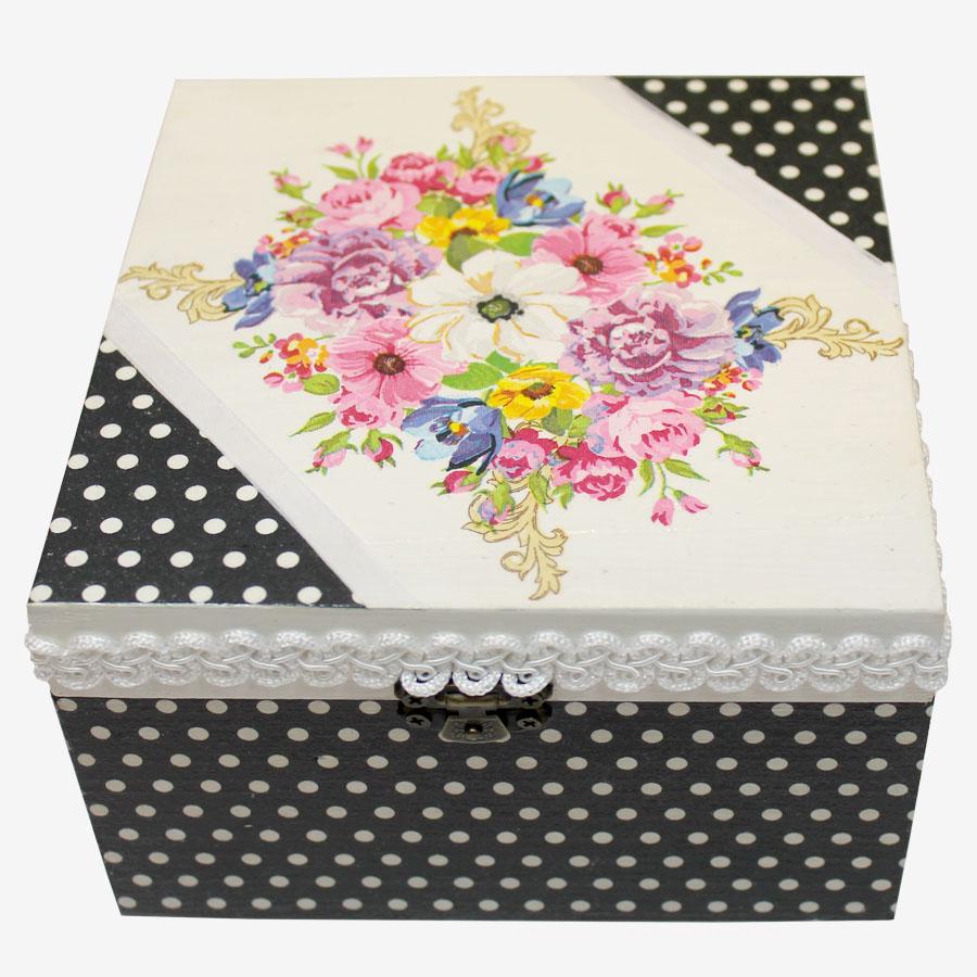 Virágmintás, kocka alakú doboz