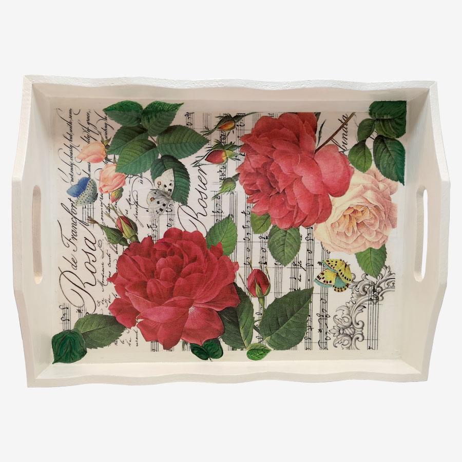 Vörös rózsákkal díszített fatálca