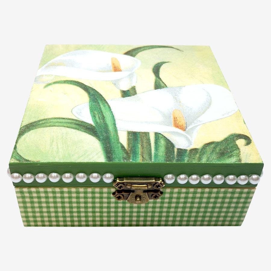 Fehér kálavirággal díszített, kocka alakú fadoboz