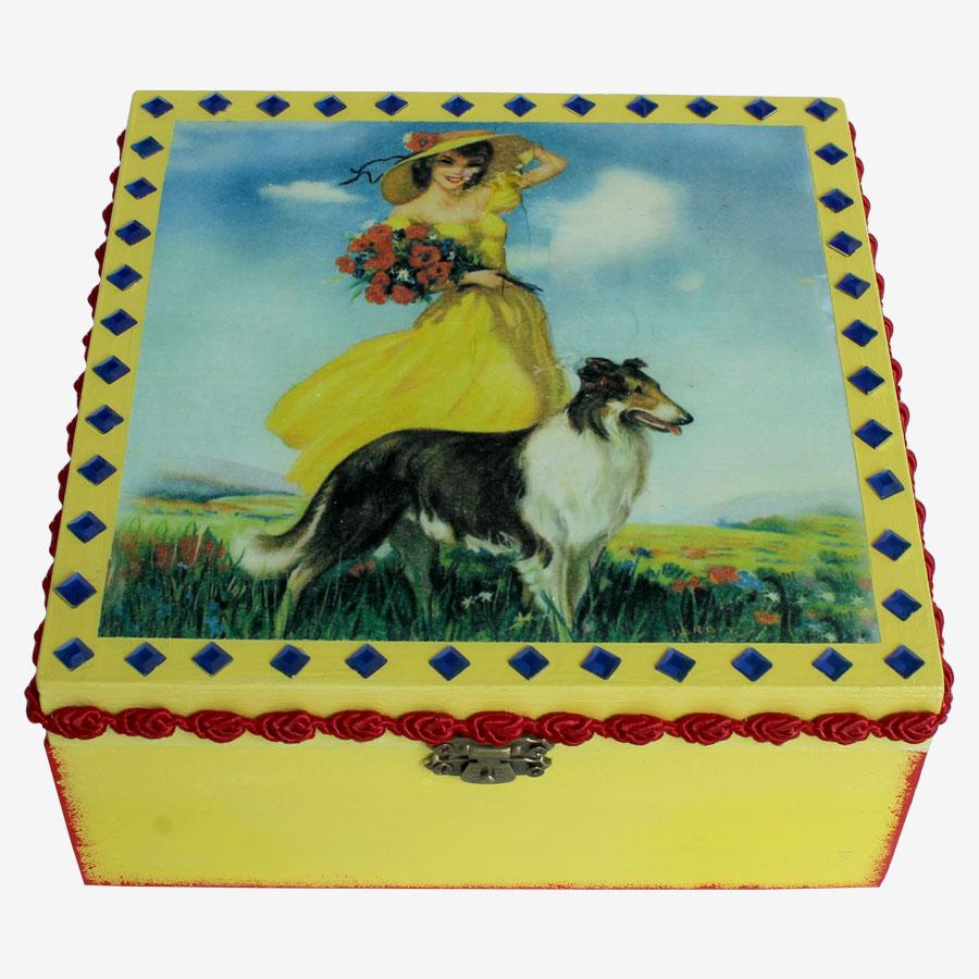 Sárga ruhás nő juhászkutyás motívummal díszített doboz