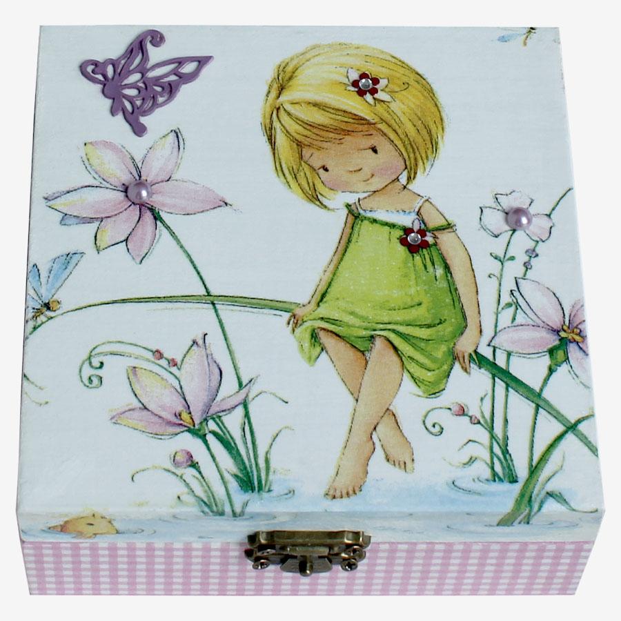 Szőke, fűszálon ülő kislánymotívumos, kocka alakú doboz