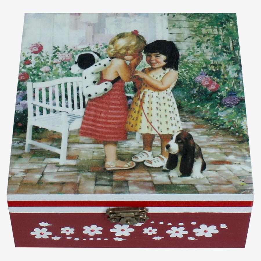 Barátnők témájú, kocka alakú doboz